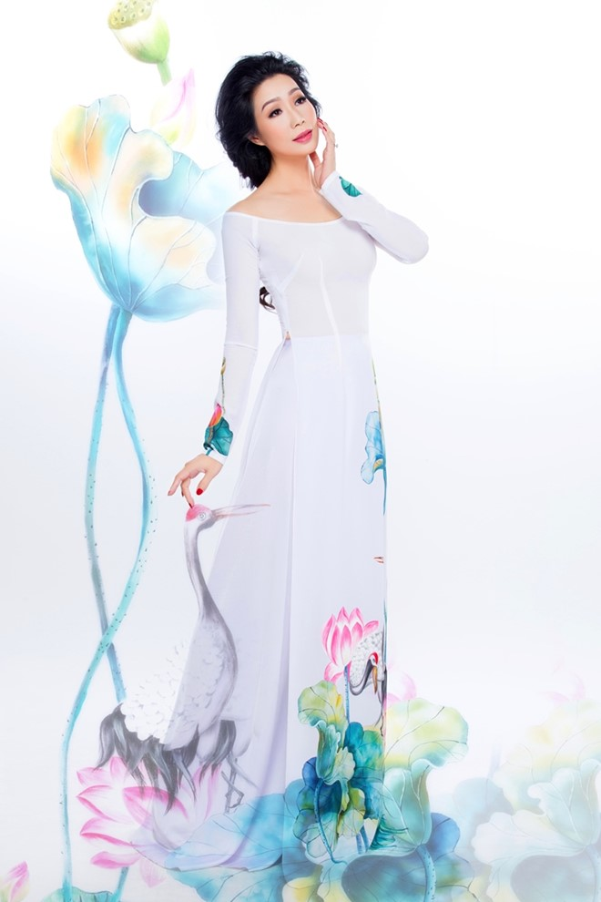 Trịnh Kim Chi Duyên Dáng áo Dài Họa Tiết Hoa Sen